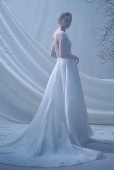 背中が大きくひらいた半袖総ビーズのトップスにオーガンジーのAラインスカート。軽やかなオーガンジーが印象的なワンピースです。