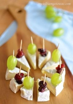 Camembert na imprezę (Przekąska z sera camembert) snacks Snacks Für Party, Appetizers For Party, Appetizer Recipes, Toothpick Appetizers, Finger Food Recipes, Individual Appetizers, Party Canapes, Wedding Canapes, Shower Appetizers