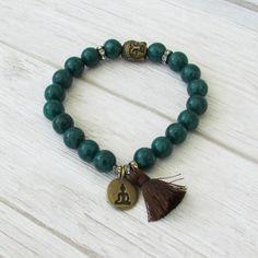 find us here-> https://lacaravanetzigane.com/ Bracelet de perles avec pompon vert bleu par LaCaravaneTzigane