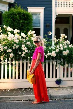 Hot pink shirt rode maxiskirt gele tas