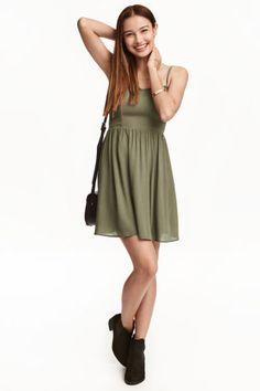 Vestido corto: Vestido corto de viscosa con tirantes finos y ajustables. Modelo con costura en la cintura, escote de pico y fruncido en la espalda. Sin forrar.