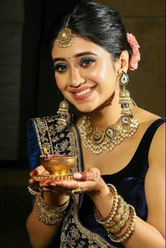 Black And Gold Lehenga, Shivangi Joshi Instagram, Shrenu Parikh, Modern Mehndi Designs, Indian Bridal Lehenga, Emerald Necklace, Stylish Girl Pic, Bridal Outfits, Beautiful Actresses