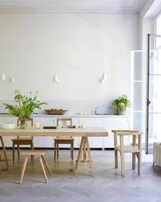 Minimal white kitchen with Kitchen Dining Table - Fashion designer Anna Valentine's bright modern London flat, restored with the same air of easy elegance as her clothing line - real homes on HOUSE by House & Garden Interior Desing, Interior Inspiration, Kitchen Cabinet Design, Kitchen Interior, Piece A Vivre, Dining Table In Kitchen, Dining Tables, Dining Room Design, Cheap Home Decor