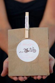 DICA TIPO MACARRÃO INSTANTÂNEO (todo mundo pode fazer, e bem rapidinho): embalagens para as lembrancinhas com saco de papel kraft e pregador de roupas! via http://www.lefrufru.com/