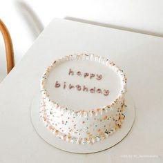 Pretty Birthday Cakes, Pretty Cakes, Beautiful Cakes, Amazing Cakes, Cake Birthday, Happy Birthday, Mini Cakes, Cupcake Cakes, Daisy Cupcakes