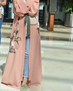Hijab Fashion 2017 : Sélection de plus de 100 looks en Abaya tendance et chic Arab Fashion, Islamic Fashion, Muslim Fashion, Modest Fashion, Fashion Outfits, Fashion Black, Fashion Ideas, Abaya Chic, Modern Abaya