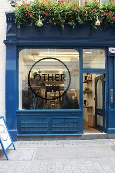 me llama la atención que la ventana sea completamente cuadrada y me gusta que el logo de la tienda este en el centro de ésta, el color azul eléctrico es muy actual y esta de moda.