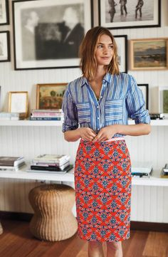 A staple skirt of slubbed stretch cotton becomes a chic statement-maker with a fresh-picked print accented by a grosgrain-trimmed waistband.