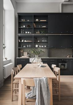 This beautiful Swedish apartment by Oscar Properties combines a New York loft feel with warm Scandinavian minimalism. Featuring original windows and high ceilings, the expansive interior exudes elegan Deco Design, Küchen Design, Home Design, Modern Design, Design Ideas, Black Kitchens, Cool Kitchens, Home Interior, Kitchen Interior