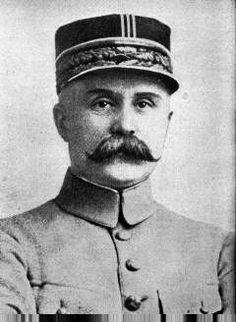 Philippe Pétain (1856-1951) est un officier selon la grande tradition chrétienne: c'est un homme de coeœur, qui sait qu'un soldat est aussi et surtout un homme. (WWI)