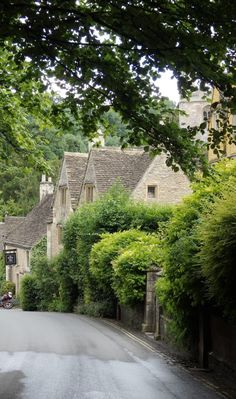 England Travel Inspiration - Castle Combe is located in the Cotswolds and has been used in many movies due to it's beautiful honey coloured cottages English Country Cottages, English Village, Country Homes, Castle Combe, Day Trips From London, England And Scotland, Travel Inspiration, Anglia, Around The Worlds