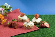 Die kriegt ihr sicher gebacken: Unsere Erdbeer-Muffins duften lecker, schmecken lecker - und gelingen leicht. #geolino #kinder #backen #erdbeeren #muffins