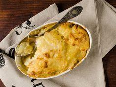 Hjemmelaget fløtegratinerte poteter Pesto, Camembert Cheese, Macaroni And Cheese, Dairy, Ethnic Recipes, Food, Essen, Mac And Cheese, Yemek