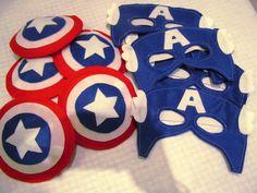 Kit do Capitão América em feltro. Máscara e escudo preso ao bracelete, fechamento com velcro. O escudo mede aproximadamente 15 cm. Serve em crianças de 3 a 10 anos. Quantidade mínima 10 unidades