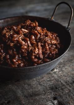Can we all agree that baked beans are good year-round? This recipe is made in the slow cooker and really enhances the taste of Quebec's pride and joy: maple syrup. Crock Pot Slow Cooker, Slow Cooker Recipes, Cooking Recipes, Slow Cooking, Crockpot, Baked Chicken, Chicken Recipes, Maple Chicken, Breakfast Smoothies