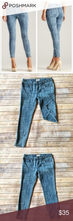 Free People Feather Ankle Skinny Jeans Feather print ankle skinny jeans by free people. Excellent used condition no flaws. Cute ankle zipper detail! Pair with heels, sandals or boots... endless looks with the jeans!!! Great for fall, spring and summer. French fries measures approximately 9 inches, inseam measures approximately 25 inches. Free People Jeans Ankle & Cropped