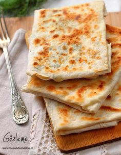 Gozleme is a Turkish speciality, which the thin sheet of dough stuffed with cheese and parsley or minced beef and onion then folded and grilled delicious food. Milk Recipes, Veggie Recipes, Lunch Recipes, Great Recipes, Breakfast Recipes, Cooking Recipes, Gozleme, Turkish Breakfast, Turkish Kitchen
