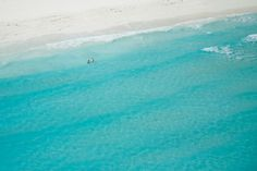 Take a bath of solitude on one of the many deserted beaches of the Bahamas.