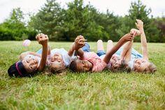 Montessoriovské cvičenia ticha sú prvým krokom, ktoré vedú deti ku koncentrácii, následne k tichu, skľudneniu sa a k preniknutiu do vlastného vnútra. Ide o procesy duchovné, ktoré majú nahradiť vnútornú prázdnotu a otupenie. Montessori, Couple Photos, Couples, Kids, Couple Shots, Young Children, Boys, Couple Photography, Couple