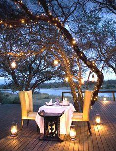 Montaje con luces al atardecer. Cena romántica. Romantic dinner