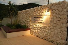 ウォールにはハワイのことわざが記されています Bbq Kitchen, Shizuoka, House Elevation, Front Entrances, Resort Style, Cafe Design, Modern Decor, Terrace, Hawaii