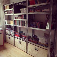Stellingkast als boekenkast met houten kisten op wielen