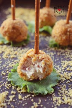 Bombones de Jamón y Queso Finger Food Appetizers, Holiday Appetizers, Appetizer Recipes, Gourmet Appetizers, Appetizer Ideas, Aperitivos Finger Food, Spanish Dishes, Decadent Cakes, Tasty Bites