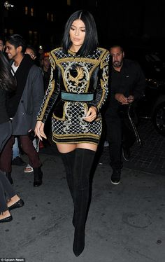 Kylie Jenner steals the spotlight in gold-embroidered dress and thigh-skimming boots at Balmain-H&M fashion show in NYC Kylie Jenner Outfits, Style Kylie Jenner, Kylie Jenner Mode, Trajes Kylie Jenner, Looks Kylie Jenner, Look Kim Kardashian, Cute Date Outfits, Lazy Outfits, School Outfits