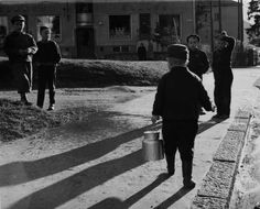 Barn på gatan utanför Elantos butik år 1957, möjligen vid Kiskovägen i Brunakärr. Foto E. Tolvanen. Helsingfors stadsmuseum.