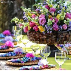 inspiração para um almoço de casamento. Amei o colorido e as flores com este grande arranjo central