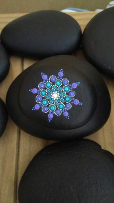 Piedra de mandala de pintado a mano por TouchstoneArt en Etsy