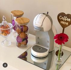 Cantinho do Café ☕ Coffee Bars In Kitchen, Coffee Bar Home, Coffee Shop, Coffee Maker, Coin Café, Business Office Decor, Tea Station, Fancy Kitchens, Home Coffee Stations