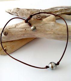 Perle de Tahiti unique 2 tons  de gris et cerclée, ras de cou femme sur cuir  par PerlaMundi  #tahitian #pearls #boho #bohemian #handdmade #organic #gypsy #jewels #madeinfrance #giftingluxury #blackpearls #surf #surferjewelry #surf #surfer #handmade #beach #jewelry #jewel #perlamundi #perla #mundi #bracelets #necklaces #earrings #tahiti #blackpearlsearrings
