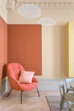 La teinte terracotta habille les murs de ce salon et lui donne un peu de chaleur.