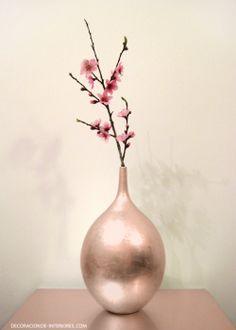 En contraste con la naturaleza de las flores, el brillo del metal | Decoración de Interiores • Copper vase and cherry blossom