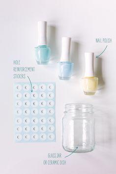 Frascos + etiquetas adesivas de reforço + verniz das unhas = ideia genial! Vamos experimentar? *** Jars + hole reinfo...