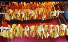 Sušené ovoce se dá připravit i v pohodlí svého domova a není to vůbec složité. Vyzkoušejte. Sushi, Blueberry, Fruit, Vegetables, Ethnic Recipes, Food, Gift, Christmas, Crickets