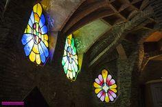 Os Vitrais: Redondos e coloridos eles dão a volta na igreja, e cada um recebe a luz do sol em uma hora do dia (das 8h às 17h), formando um relógio solar! Esses vitrais podem ser abertos como janelas. E abertos são espetaculares. Parecem borboletas. Mesmo fechados são demais e você pode imaginar mil formas que podem ter inspirado cada um deles