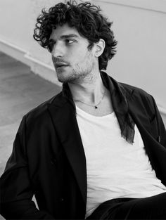 Louis Garrel fotografado por Stefano Galuzzi para a L'Officiel Hommes Italia (AW…