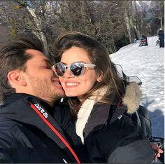 Klebber Toledo e Camila Queiroz posam juntos em viagem de férias a Bariloche