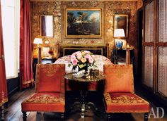 Laura Sartori Rimini. Bedroom walls papered in the style of chinoiserie. On the Venetian bed - Suzane beginning of the XVIII century. Chairs in the style of Napoleon III were purchased in London and table - German auction Nagel. Rosewood wardrobe in the style of Louis XV from the Paris auction house Hôtel Drouot