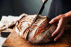 Tento kváskový chleba se vám už určitě povede. Přesný návod, jak na něj - Žena.cz - magazín pro ženy Fermented Bread, Honey Glazed Ham, Bread Kitchen, Baking Cookbooks, Cookbooks For Beginners, Small Meals, Flour Recipes, Sourdough Bread, Artisan Bread