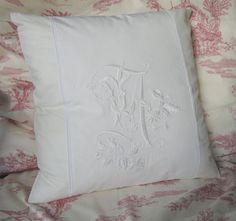 Kissenhülle bestickt Monogramm French Country von HolzundLeinen
