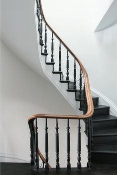 Ideas For Black Stairs Railing Traditional Staircase Black Stair Railing, Black Staircase, Interior Stair Railing, Staircase Railings, Staircase Design, Stairways, Staircase Ideas, Railing Ideas, Spiral Staircases