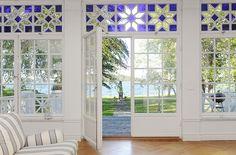 Puertas-ventanas con vidrieras.