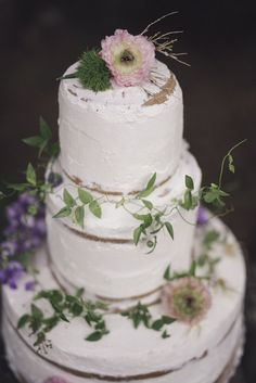 naked cake with greenery and purple flowers | photography: marcella cistola http://weddingwonderland.it/2016/05/matrimonio-al-profumo-di-glicine.html