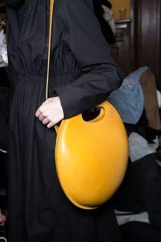 Le sac rond mandarine du défilé Lemaire. Sacs À Main Pas CherSac CuirSac ... fba83c43b34
