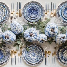 Casa de Perrin A stunning blue and white table setting for Thanksgiving. Thanksgiving Table Settings, Thanksgiving Tablescapes, Happy Thanksgiving, Hosting Thanksgiving, Blue And White China, Blue China, Diy Centerpieces, Table Decorations, Tall Centerpiece