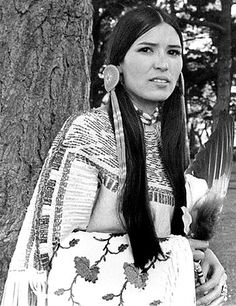 Sacheen Littlefeather, Native American actress and activist Native American Actress, Native American Beauty, American Indians, Sacheen Littlefeather, Gypsy Living, Tribal Fashion, Historical Pictures, First Nations, Pin Up Girls