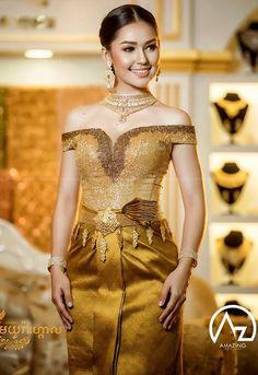 Cambodian Wedding Dress, Asian Wedding Dress, Khmer Wedding, Thai Traditional Dress, Traditional Wedding Dresses, Traditional Outfits, Thai Fashion, Culture Clothing, Thai Dress